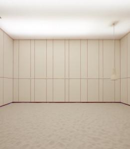 La cappella con tutti i pannelli chiusi. Totalmente bianca.