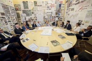 Il tavolo atorno a cui si raccoglie il grupop di lavoro sulle periferie nello Studio di Renzo Piano al Senato