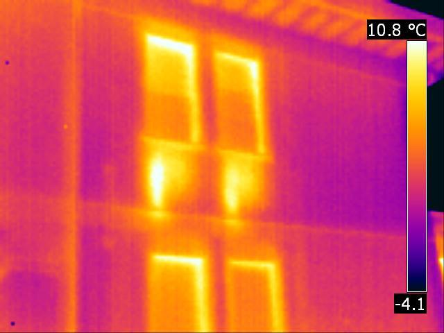 Immagine termografica che evidenzia le dispersioni termiche delle chiusure trasparenti