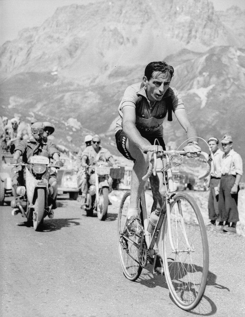 Fausto Coppi nella sua prodigiosa scalata dell'Isoard durante la storica tappa, vittoriosa, Cuneo-Pinerolo del 10 Giugno 1949