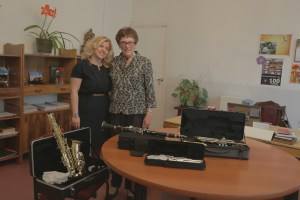Principal Diana Hovhannisyan and Muriel Mirak-Weissbach with the new wind instruments