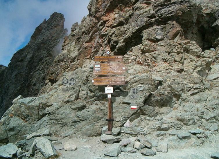Allegato 12 - La cima del Colle delle Traversette, con i marchi dei confini
