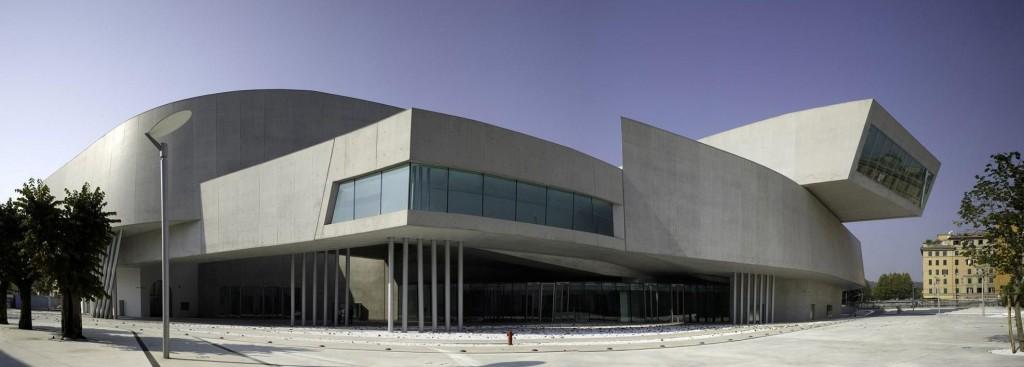 La grandiosa estensione frontale del famoso Museo Nazionale delle Arti del XXI Secolo (MAXXI) a Roma, progettato nel 1998/99 e realizzato dal 2003 al 2009/10