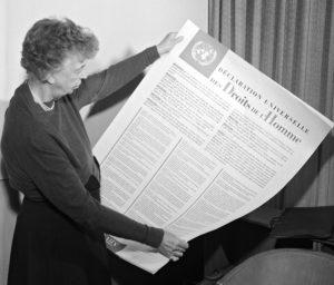 Eleanor Roosevelt sostiene la Declaración Universal de los Derechos Humanios en 1948